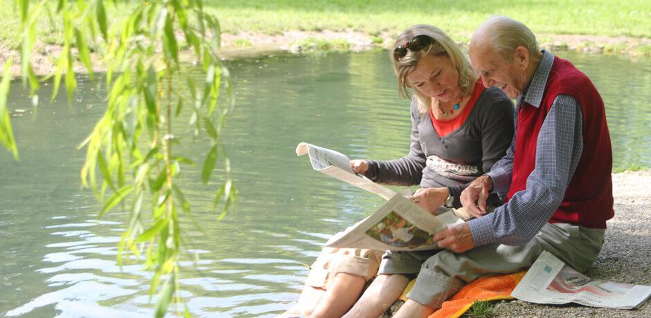 Älteres Paar am Fluss