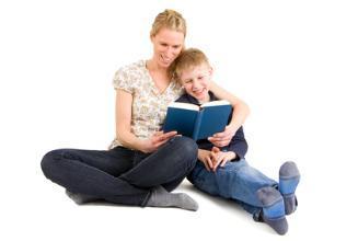 Frau mit Kind am lesen