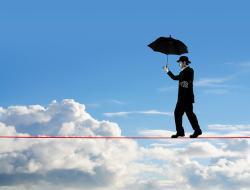 Mann auf einem Seil über den Wolken