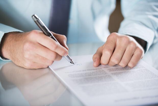 Mann unterschreibt Dokument