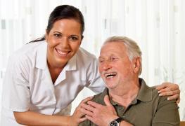 Senior wird von Helferin gepflegt